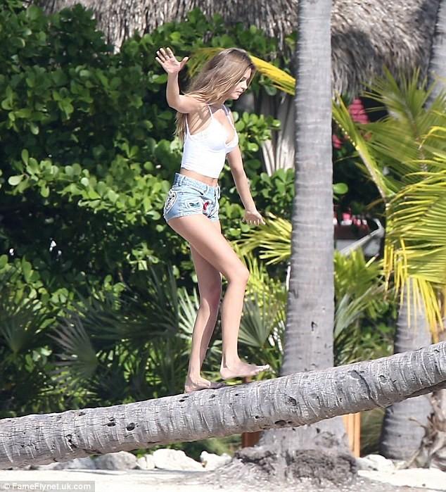 Dàn thiên thần Victoria's Secret diện bikini dạo biển  - ảnh 8