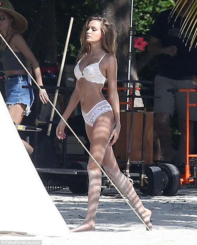 Dàn thiên thần Victoria's Secret diện bikini dạo biển  - ảnh 1
