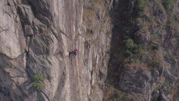 Chinh phục đỉnh núi 500 m bằng xe lăn - ảnh 2