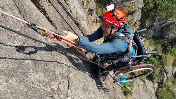 Chinh phục đỉnh núi 500 m bằng xe lăn - ảnh 1