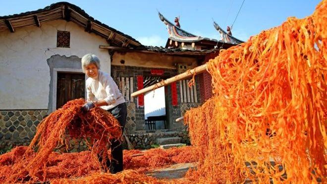 Choáng với cảnh phơi hồng ngập nóc nhà ở Trung Quốc - ảnh 6