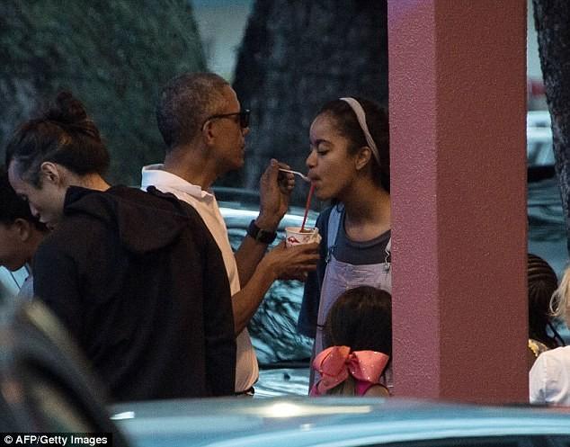 Khoảnh khắc Obama chăm sóc 'con gái rượu' gây xôn xao - ảnh 1