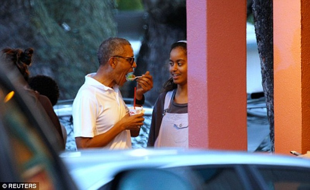 Khoảnh khắc Obama chăm sóc 'con gái rượu' gây xôn xao - ảnh 2