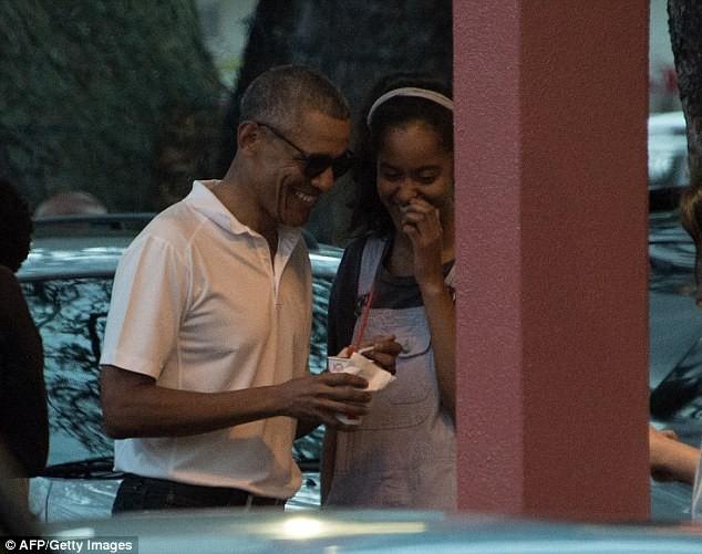 Khoảnh khắc Obama chăm sóc 'con gái rượu' gây xôn xao - ảnh 4