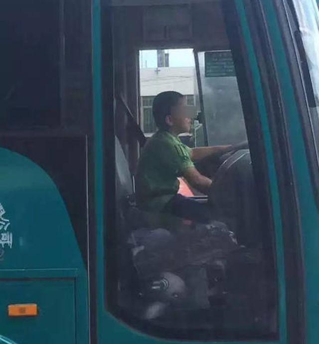 Bé 9 tuổi trộm xe buýt tung hoành khắp đường phố - ảnh 1