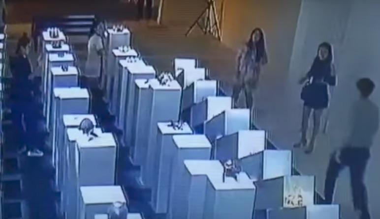 Mải selfie, cô gái phá nát tác phẩm nghệ thuật 4,5 tỉ - ảnh 1