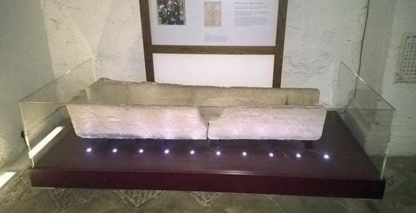 Quan tài 800 tuổi tan nát vì du khách mê chụp ảnh - ảnh 1