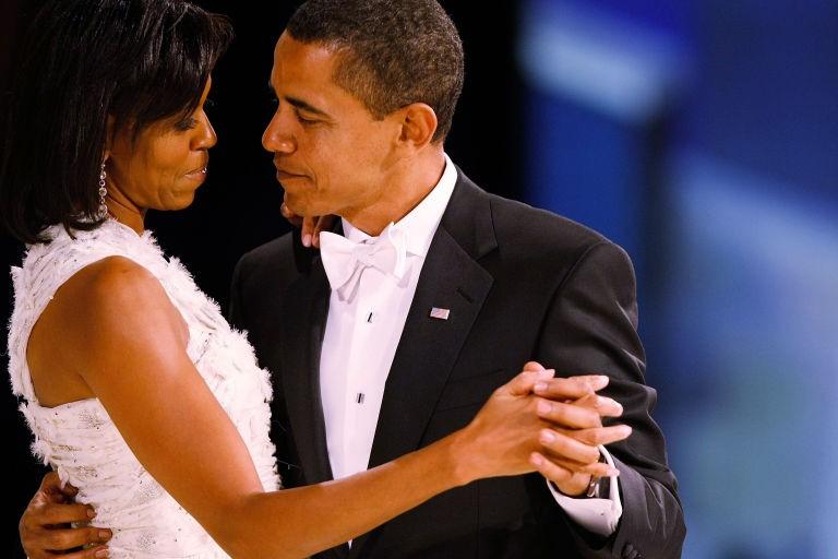 Kỷ niệm 25 năm ngày cưới, bà Obama đăng ảnh gây sốt  - ảnh 1