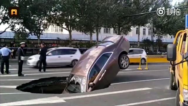 Siêu xe 17 tỉ sụp hố tử thần ở Trung Quốc - ảnh 1
