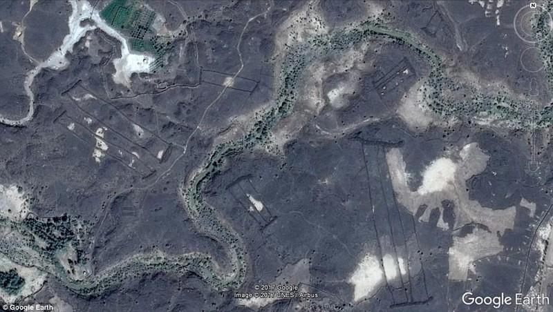 400 'cánh cửa' bí ẩn trên miệng núi lửa giữa sa mạc - ảnh 3