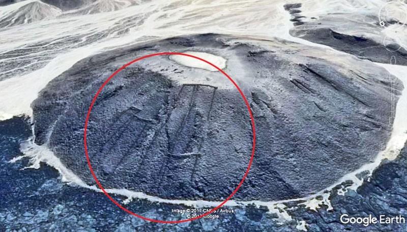 400 'cánh cửa' bí ẩn trên miệng núi lửa giữa sa mạc - ảnh 1