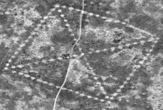 400 'cánh cửa' bí ẩn trên miệng núi lửa giữa sa mạc - ảnh 6