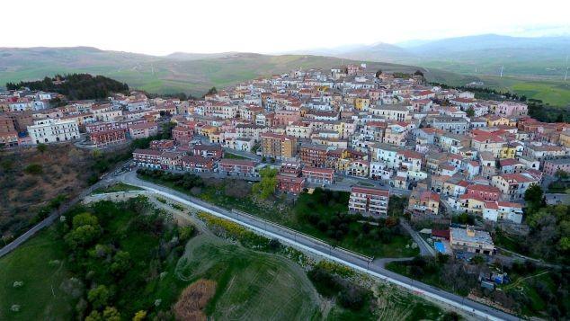 Thị trấn tuyệt đẹp trả 2.000 euro để dân đến nhập cư - ảnh 1