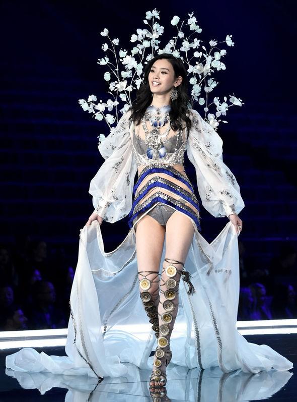 Siêu mẫu Trung Quốc 'vồ ếch' tại Victoria's Secret show - ảnh 1