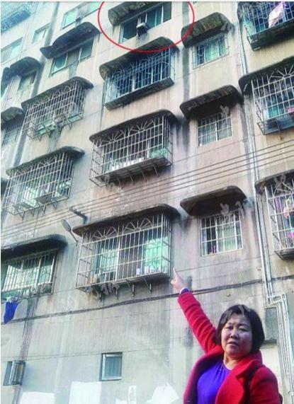 Nữ cảnh sát liều mình cứu bé gái rơi từ lầu 4  - ảnh 2