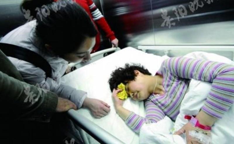 Nữ cảnh sát liều mình cứu bé gái rơi từ lầu 4  - ảnh 1