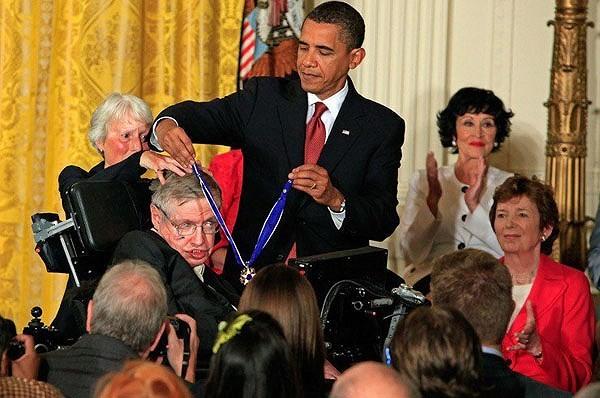 Cuộc đời thiên tài Stephen Hawking qua ảnh - ảnh 10