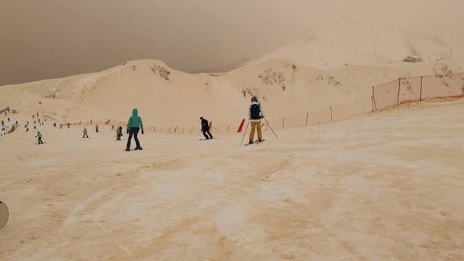 Kỳ lạ tuyết màu da cam rơi ở Đông Âu - ảnh 2