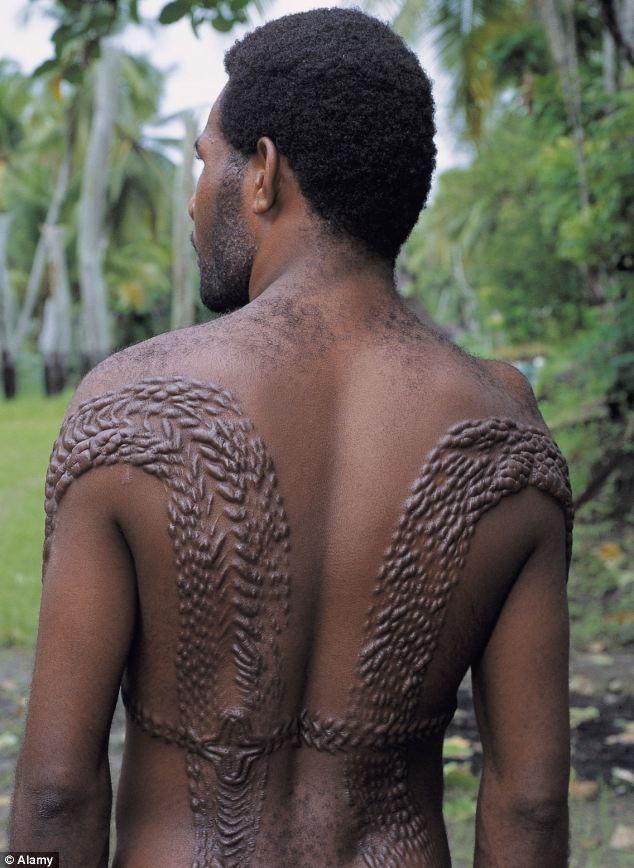 Kỳ dị bộ lạc biến cơ thể mình thành cá sấu - ảnh 2