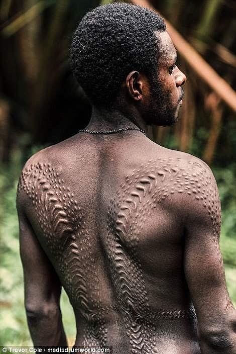 Kỳ dị bộ lạc biến cơ thể mình thành cá sấu - ảnh 4