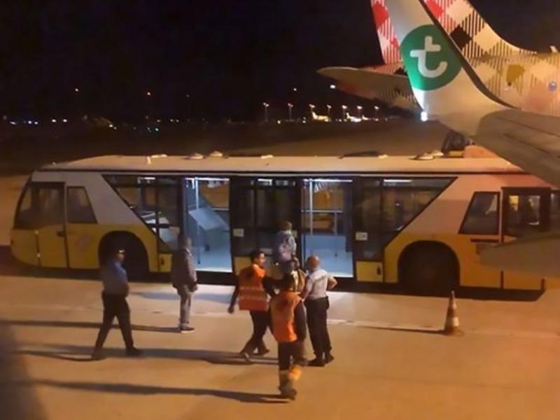 Máy bay hạ cánh khẩn vì một hành khách 'bốc mùi' - ảnh 1
