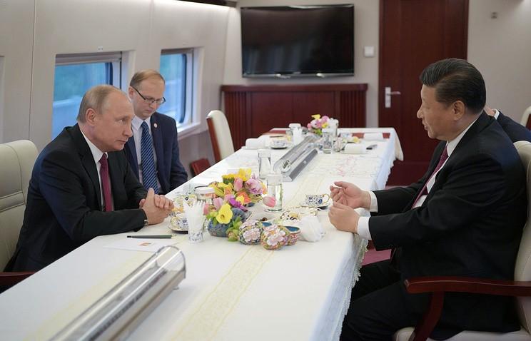 Ông Putin thưởng trà trên tàu cao tốc, thử làm sủi cảo tại TQ - ảnh 1