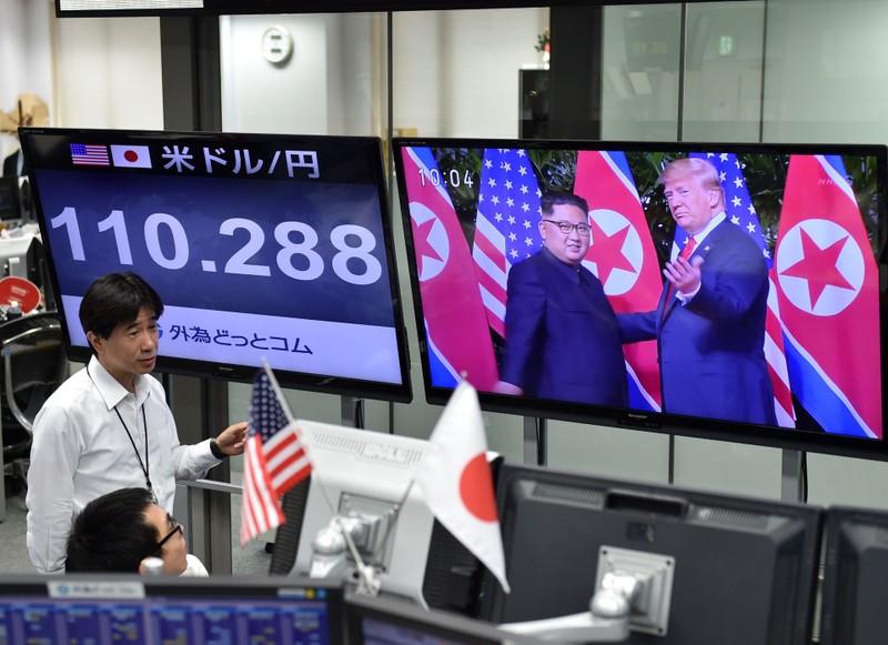 Phản ứng của người dân trước cái bắt tay Trump-Kim - ảnh 13