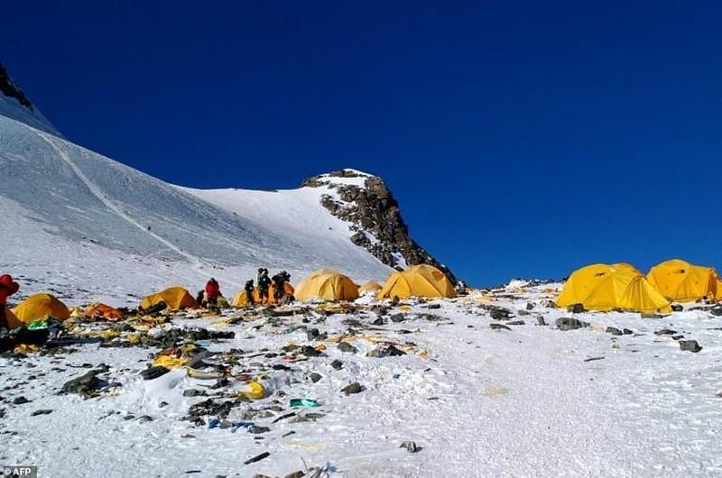 Đỉnh Everest biến thành bãi rác cao nhất thế giới - ảnh 1