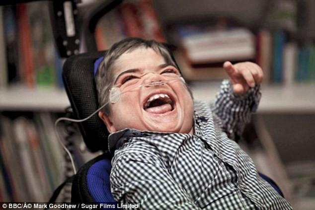 Cậu bé khuyết tật viết sách bằng mắt - ảnh 1