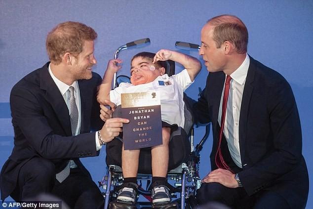 Cậu bé khuyết tật viết sách bằng mắt - ảnh 3