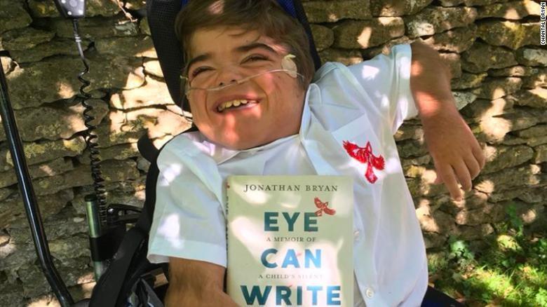 Cậu bé khuyết tật viết sách bằng mắt - ảnh 2