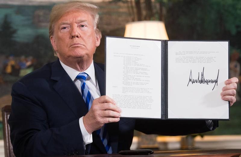 ông Trump đã chính thức tái áp đặt một phần các biện pháp trừng phạt vốn đã bị dỡ bỏ sau khi chính quyền cựu Tổng thống Obama ký kết thỏa thuận hạt nhân với Iran. Ảnh: WSJ