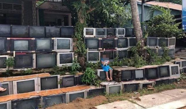 Tường rào làm bằng tivi cũ ở Việt Nam gây sốt mạng xã hội - ảnh 1