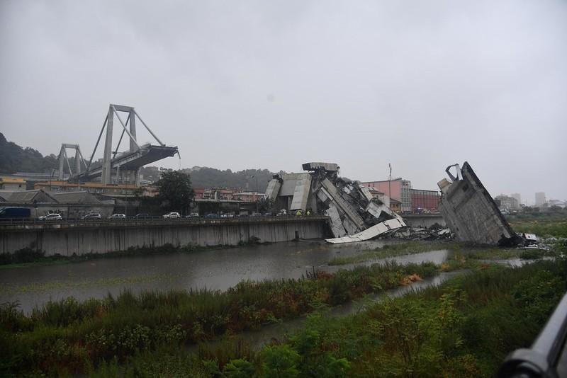 Sập cầu cao tốc ở Ý, ít nhất 10 người thương vong  - ảnh 1