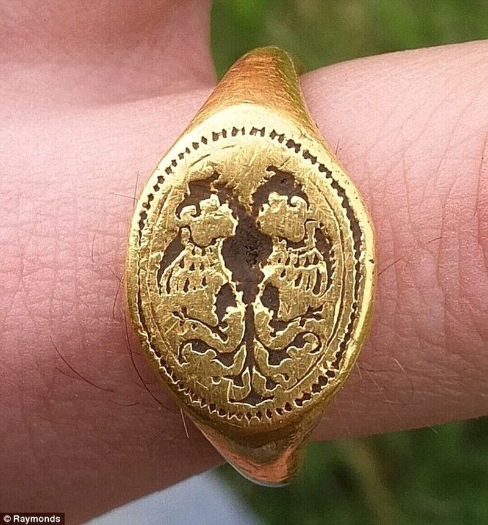Vô tình tìm thấy nhẫn vàng cổ của nữ hoàng Elizabeth - ảnh 2