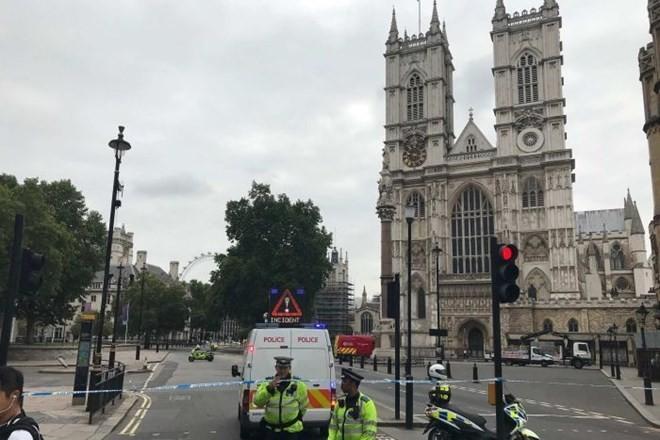 Nghi  khủng bố đâm xe ngoài tòa nhà Quốc hội Anh - ảnh 1