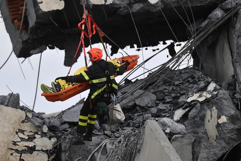 Thảm họa sập cầu cao tốc ở Ý khiến ít nhất 35 người thiệt mạng - ảnh 3