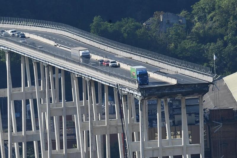 Thảm họa sập cầu cao tốc ở Ý khiến ít nhất 35 người thiệt mạng - ảnh 4