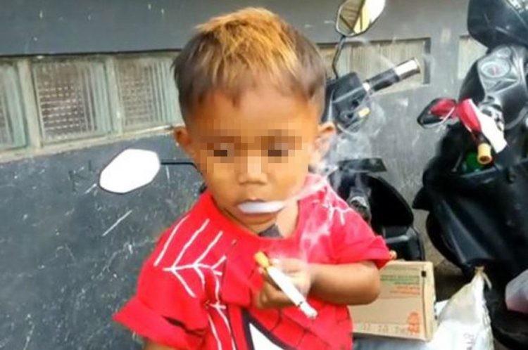 Choáng với cậu bé 2 tuổi hút 40 điếu thuốc mỗi ngày - ảnh 1