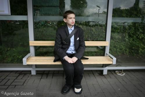 Bệnh lạ khiến thanh niên 25 sống mãi trong hình hài cậu bé - ảnh 1
