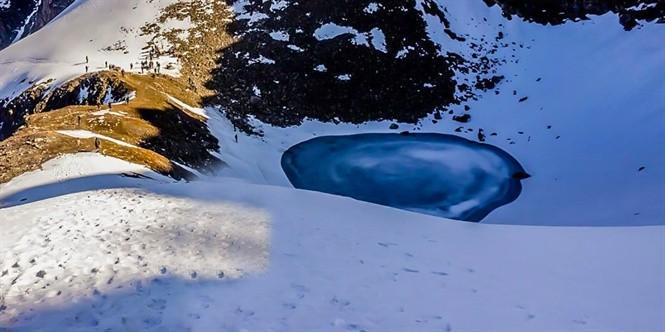 Bí ẩn hồ xương người trên đỉnh Himalaya - ảnh 1