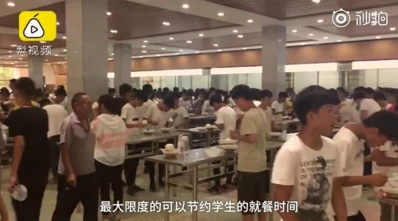 Trường học bắt học sinh đứng ăn để tiết kiệm thời gian - ảnh 1