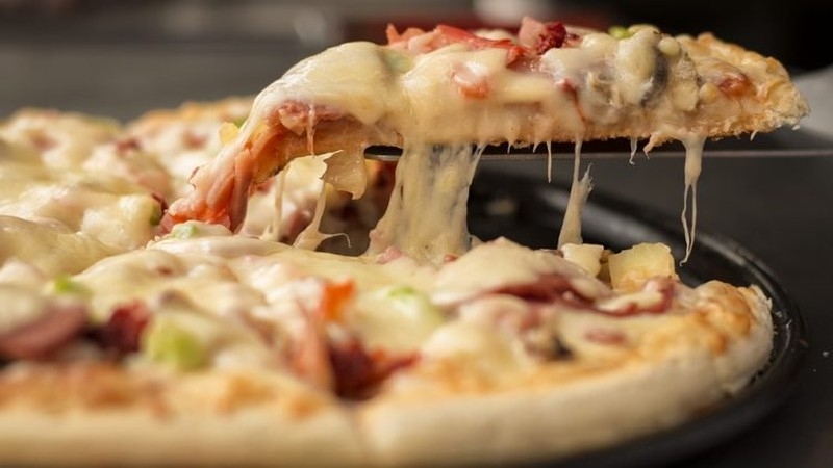 Đổ xô đi xăm hình logo công ty để ăn pizza miễn phí trọn đời - ảnh 1