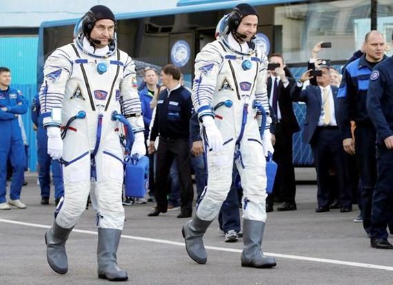 Tàu vũ trụ gặp sự cố, 2 phi hành gia hạ cánh khẩn cấp - ảnh 1