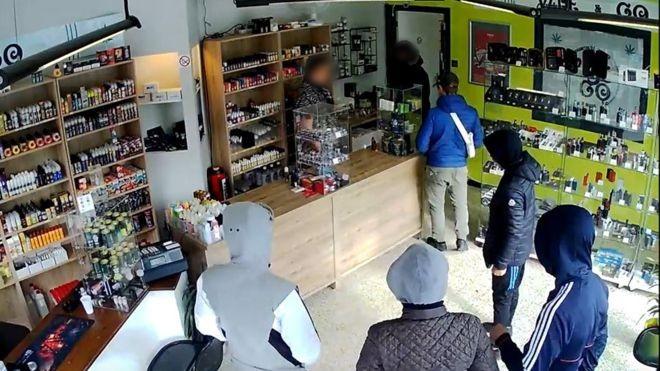 Băng cướp quay lại cửa hàng theo lời hẹn để lấy nhiều tiền hơn - ảnh 1