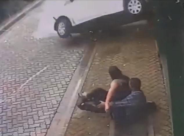 Clip ghi lại khoảnh khắc cặp đôi thoát chết trong gang tấc - ảnh 1