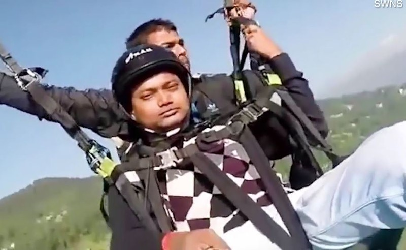 Khoảnh khắc phi công hy sinh mạng cứu du khách nhảy dù - ảnh 1