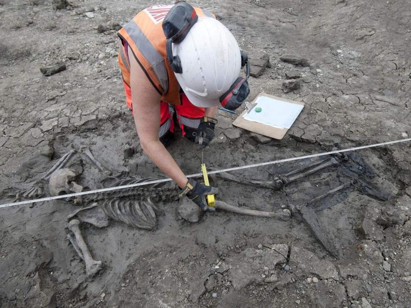 Phát hiện bộ xương bí ẩn 500 năm tuổi dưới cống nước ở Anh - ảnh 1