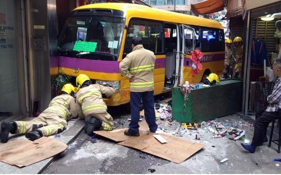 Xe bus không người lái đâm vào đám đông đi bộ - ảnh 2