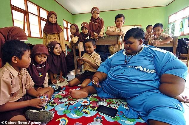 Cậu bé nặng nhất thế giới muốn trở thành cầu thủ bóng đá - ảnh 1